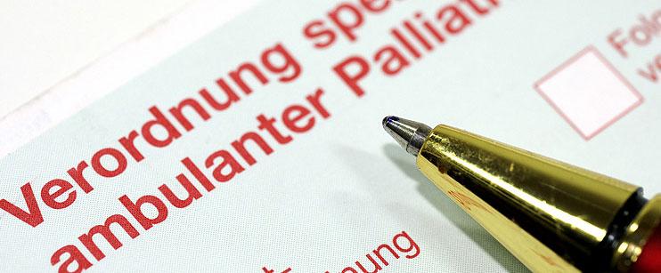 Formular zur SAPV-Verordnung mit Kugelschreiber