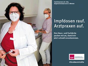 Plakatmotiv zeigt eine Ärztin mit Praxismitarbeiterin