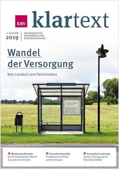 Das Titelbild der 2. Ausgabe 2019 des KBV Klartext zeigt eine leere Bushaltestelle auf dem Lande. Auf dem Fahrplan steht: Patientenbus Montag und Mittwoch 10 Uhr.