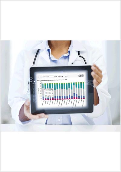 Arzt zeigt die eine Grafik der KBV-Gesundheitsdaten auf einem Tablet-PC