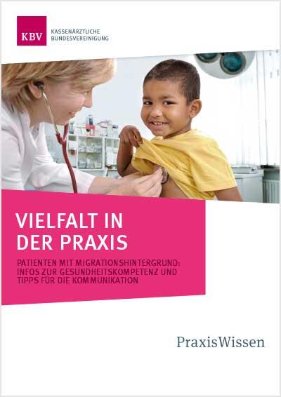 Titelseite der Broschüre, Ärztin untersucht Jungen mit Migrationhintergrund