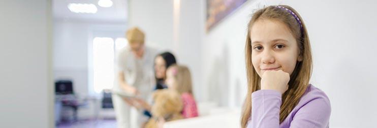 Junge Patientin im Wartezimmer