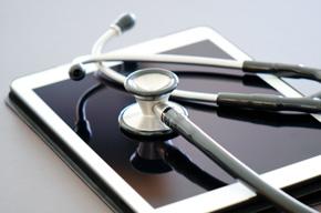 Stethoskop und Tablet-PC