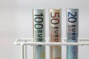 3 gerollte Gelscheine zu 20, 50 und 100 Euro