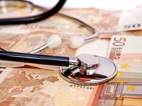 Geldscheine und Stethoskop