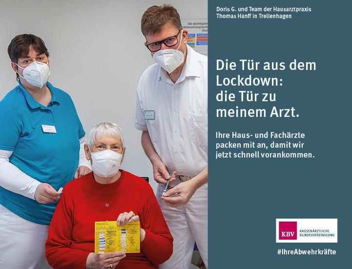 Doris G. und Team der Hausarztpraxis Thomas Hanft in Trollenhagen.  Die Tür aus dem Lockdown:  die Tür zu meinem Arzt.  Ihre Haus- und Fachärzte packen mit an, damit wir jetzt schnell vorankommen.