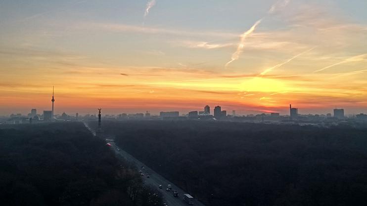 Einige unserer Abteilungen können mit dem Ausblick auf solch beeindruckende Sonnenaufgänge in den Arbeitstag starten. Für alle gilt: Zwischen 7:00 Uhr und 20:00 Uhr können Sie sich Ihre Arbeit nach Absprache mit Ihrem Team flexibel einteilen.