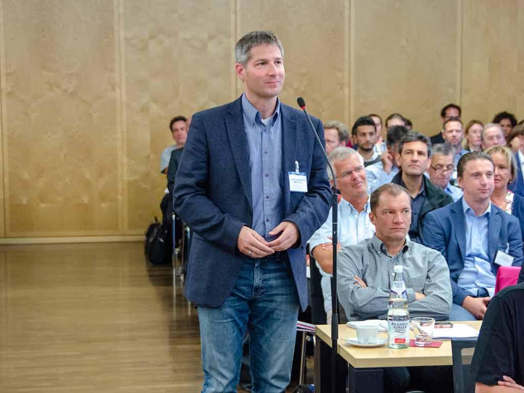 Teilnehmende stellten Fragen und diskutierten mit den Referenten. ©KBV/Funke