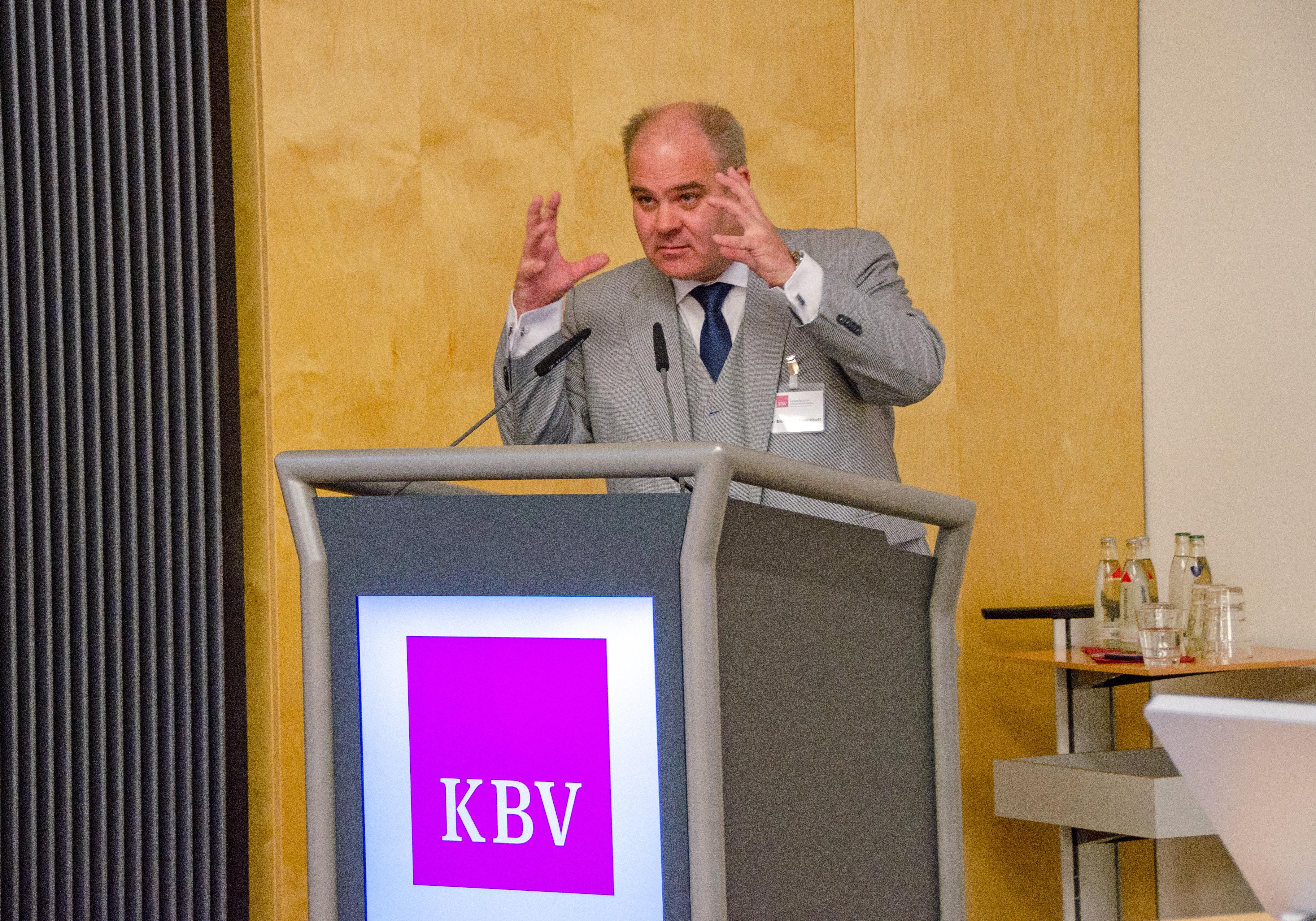 """Fokussiert erklärte Dr. Bernhard Tenckhoff, Leiter der Stabstelle """"Innovation, Strategische Analyse und IT-Beratung"""", die sogenannten Medizinischen Informationsobjekte (MIOs). ©KBV/Funke"""
