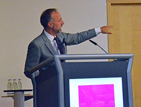 Dr. Stephan Hofmeister, stellvertretender Vorstandsvorsitzender der KBV, erklärt die elektronische Patientenakte anhand eines Beispiels für die digitale Arzt-Patienten-Kommunikation. Foto: KBV/Sarah Weckerling