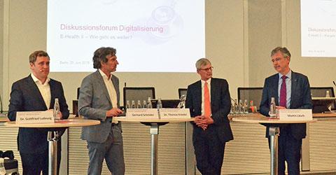 Diskussionsrunde (von Links): Dr. Gottfried Ludewig, Moderator Gerhard Schröder, Dr. Thomas Kriedel, AOK-Bundesverband-Chef Martin Litsch. Foto: KBV/Sarah Weckerling