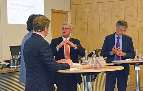 In der Diskussionsrunde setzte KBV-Vorstandsmitglied Dr. Thomas Kriedel (Mitte) den Schwerpunkt auf die Interoperabilität der Systeme. Foto: KBV/Sarah Weckerling
