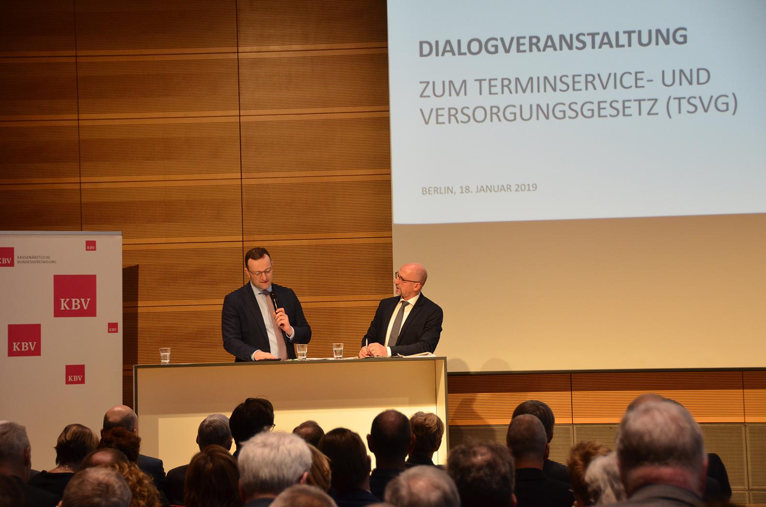 Der Chefredakteur der Ärztezeitung, Wolfgang van den Bergh, leitete die Diskussion der Dialogveranstaltung. Bundesgesundheitsminister Jens Spahn stellte sich den Fragen aus der Ärzteschaft. ©KBV/Tabea Breidenbach