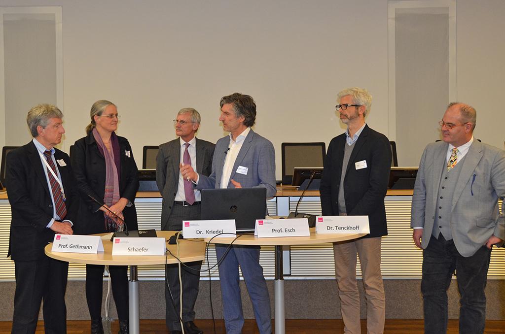 In der abschließenden Podiumsdiskussion tauschen sich Teilnehmer über Inhalte und Ergebnisse der vorangegangenen Workshops aus.