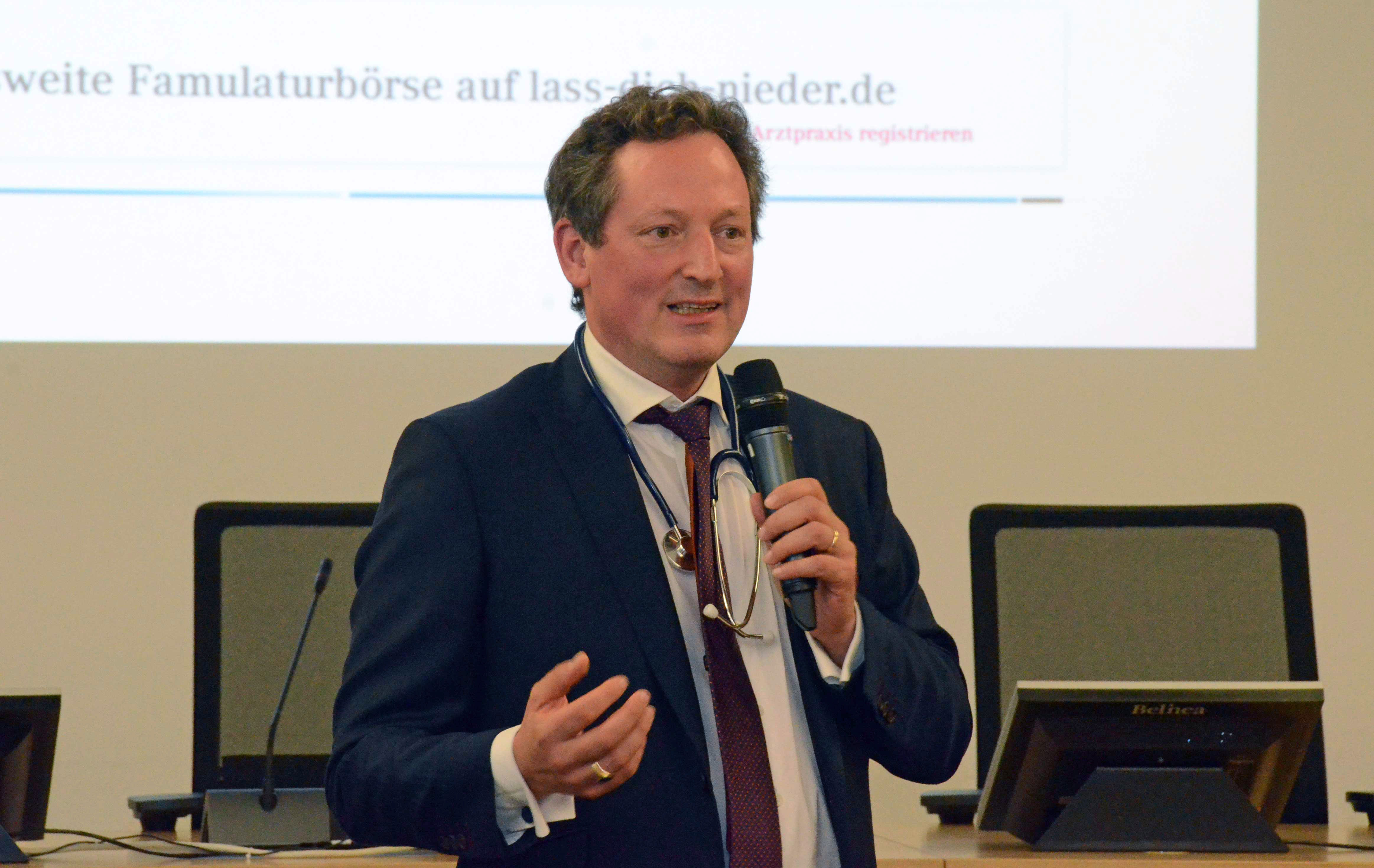 """Arzt und Autor Dr. Eckart von Hirschhausen: """"Die Funktion des Arztgespräches ist, einen Draht zum Patienten herzustellen.""""  (Foto: Meike Ackermann, KBV)"""