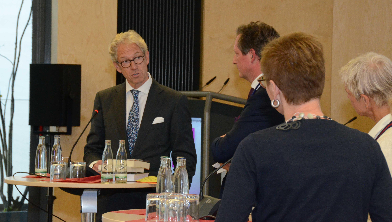 """KBV-Chef Gassen im Gespräch: """"Der Patient muss das Gefühl haben, dass er die Verantwortung abgeben kann."""" (Foto: Meike Ackermann, KBV)"""