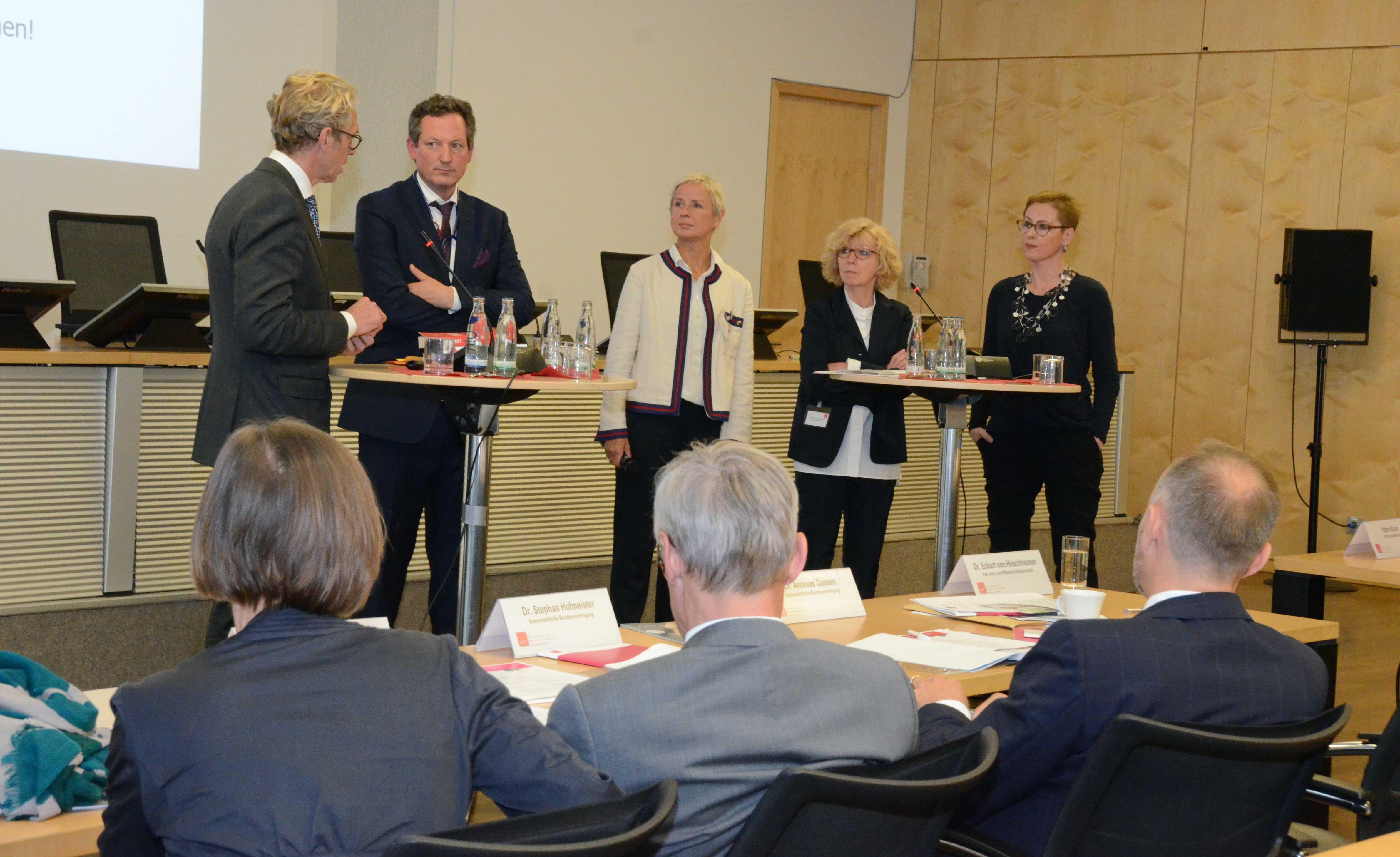 Von links nach rechts: Dr. Andreas Gassen, Dr. Eckart von Hirschhausen, Moderatorin Katrin Brand (WDR), Prof. Dr. Doris Schaeffer, Dr. Christina Dietscher (Foto: Meike Ackermann, KBV)