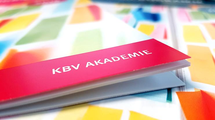 Selbstverständlich ermöglichen wir Beschäftigten die Teilnahme an passenden Seminaren externer Anbieter. Zu allgemeineren Themen, aber auch zu KV-spezifischen Feldern, bietet unsere hauseigene Akademie jährlich ein umfangreiches Programm.