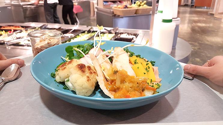 Unser Firmenrestaurant setzt abwechslungsreiche und vielfältige Angebote aufs Menü: für Gesundheitsbewusste ebenso wie für alle, die deftigere Kost bevorzugen – bezuschusst durch die KBV.