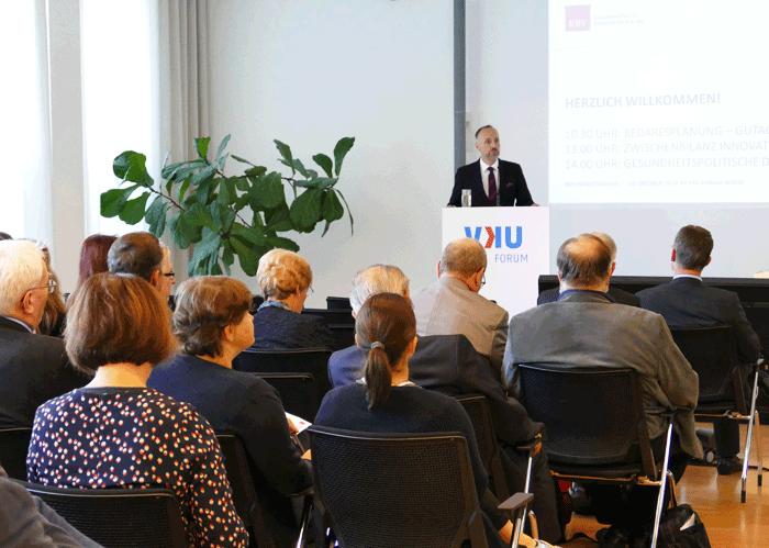 Begrüßt wurden die Teilnehmer vom stellvertretenden Vorstandsvorsitzenden der KBV, Dr. Stephan Hofmeister. (Foto: Dino Carl Novak - KBV)