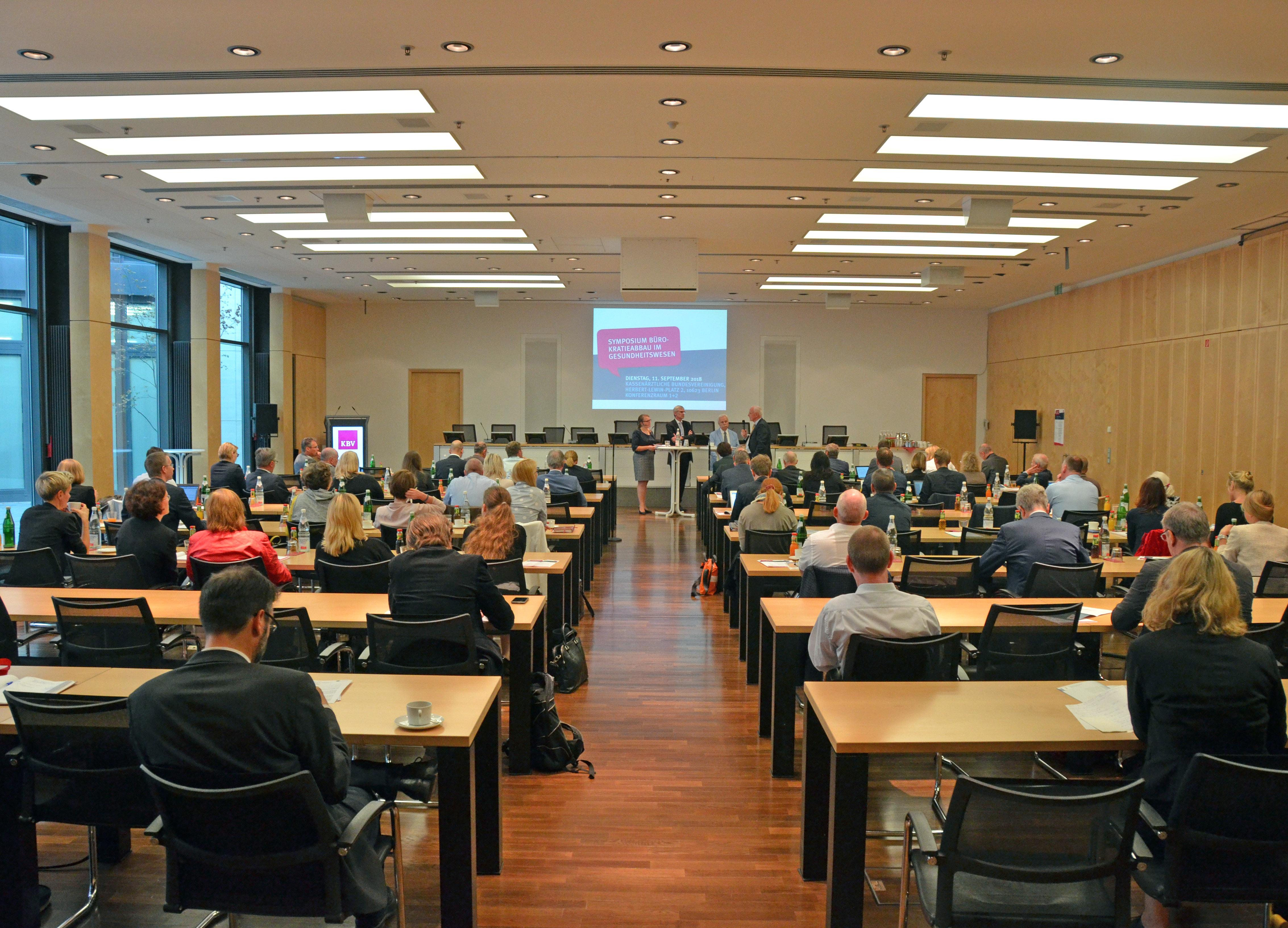 """Das Interesse am Thema """"Bürokratieabbau im Gesundheitssystem"""" war groß: Zum Symposium fanden sich in den Räumlichkeiten der KBV 180 Besucher ein."""