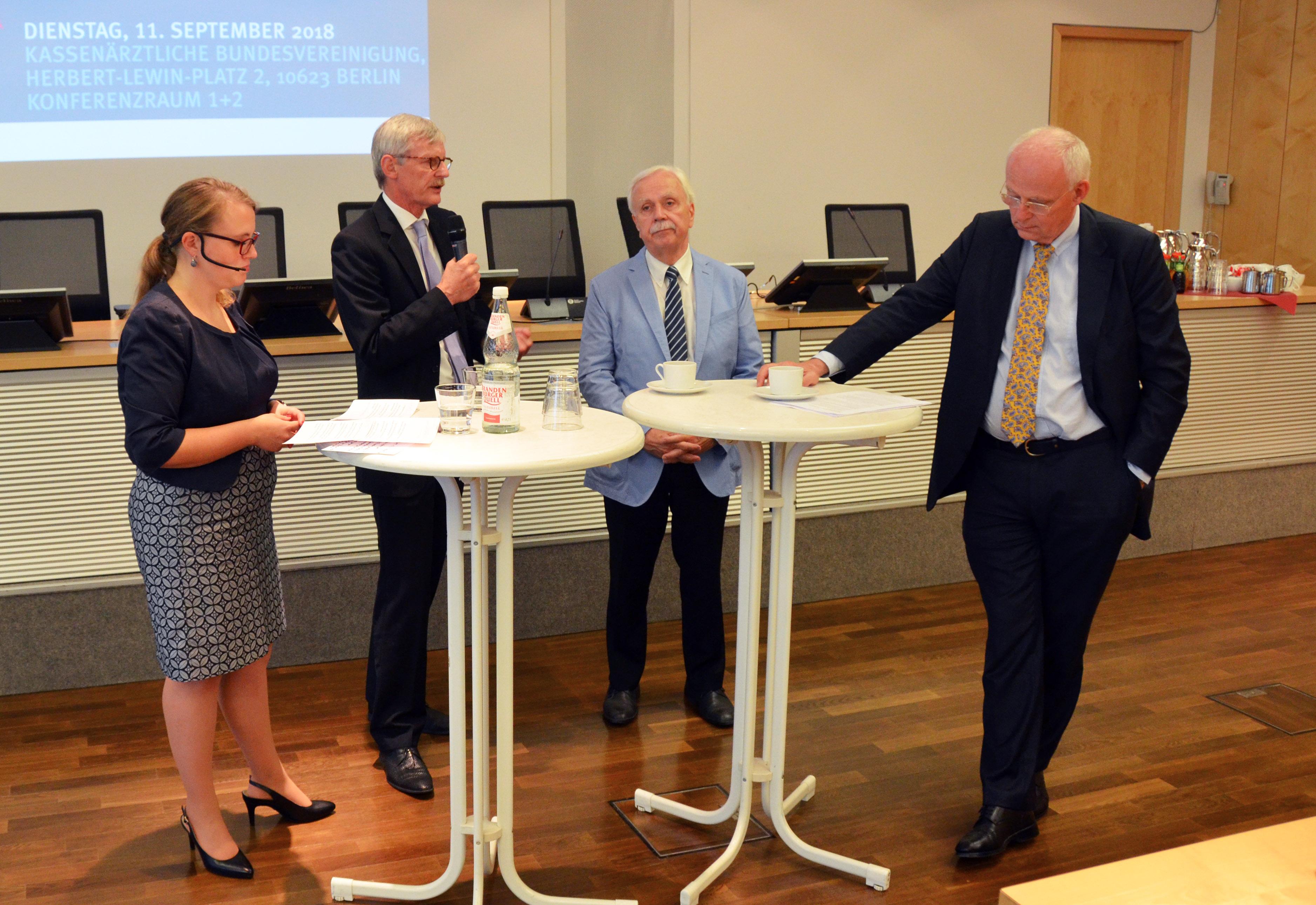 """Dr. Thomas Kriedel bei der Podiumsdiskussion zum Bürokratieabbau-Symposium: """"Wenn Digitalisierung konsequent gedacht wird, kann dies auch zu Bürokratieabbau beitragen."""""""