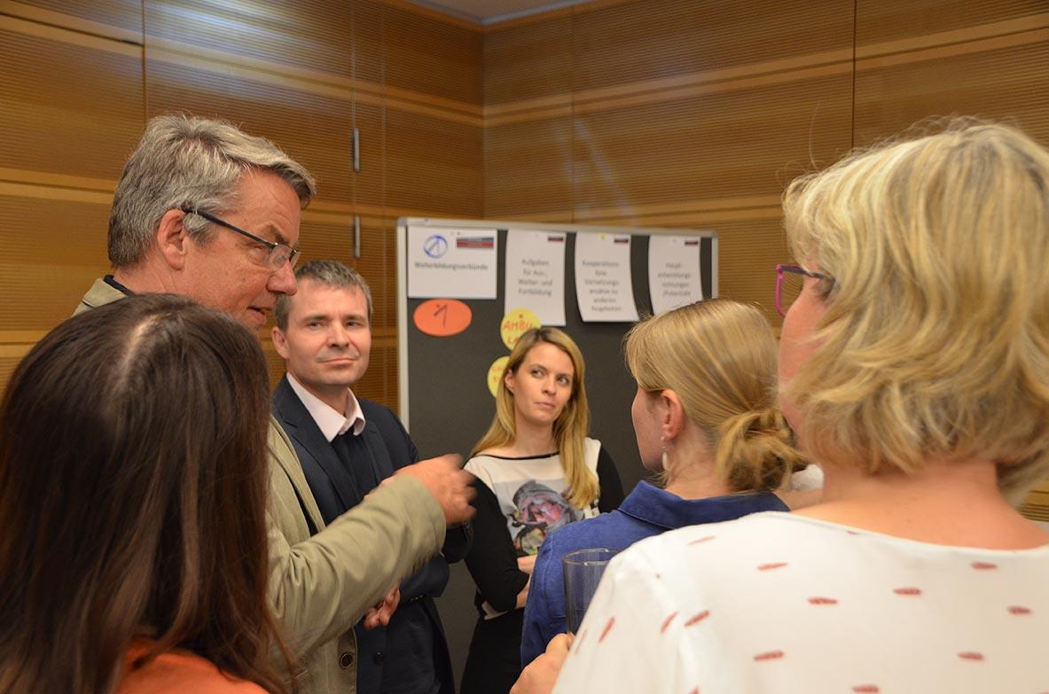 """Die Teilnehmer des """"Worldcafé"""" diskutierten über verschiedene Aspekte der ärztlichen Weiterbildung. © KBV/Tabea Breidenbach"""