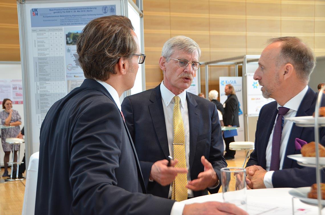 Dr. Thomas Kriedel und Dr. Stephan Hofmeister standen ebenfalls im Austausch mit Besuchern. © KBV/Tabea Breidenbach