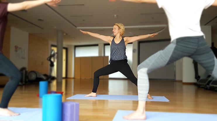 Unser hauseigenes Sportangebot hält Sie mit verschiedenen Kursen im Fitnessraum sowie bei Outdooraktivitäten in Bewegung: beispielsweise mit Laufgruppen im Tiergarten oder Tischtennis, Wirbelsäulen-Gymnastik, Yoga und Zumba.