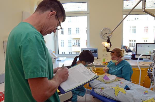 Steinbach protokolliert während der Behandlung von Zahnärztin Hyun Jung Song. © Alexandra Bukowski