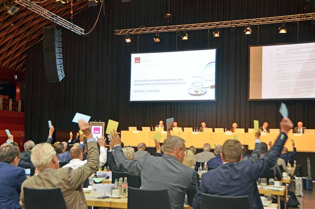 Die Delegierten der Vertreterversammlung bei der Abstimmung. © KBV/Tabea Breidenbach