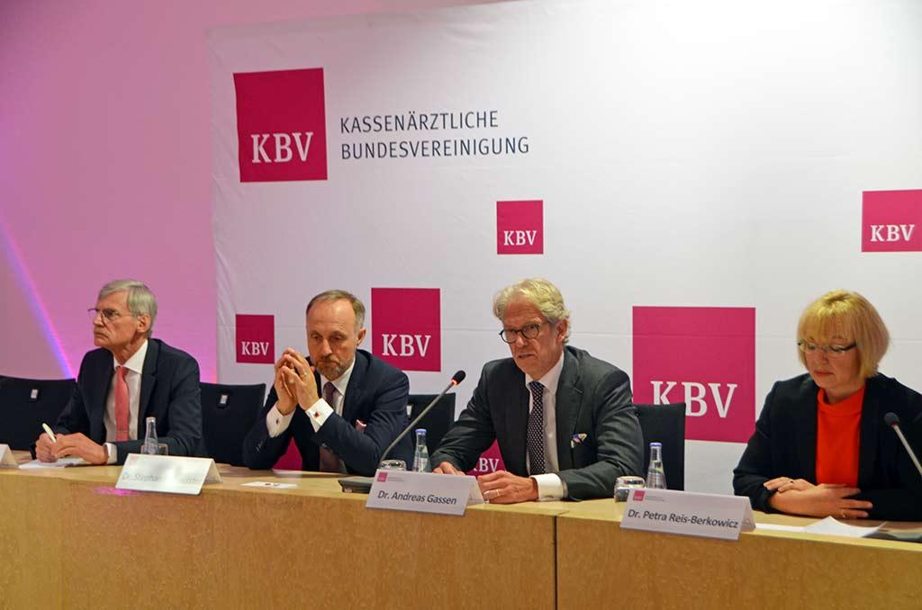 Der Vorstand der KBV und die Vorsitzende der Vertreterversammlung, Dr. Petra Reis-Berkowicz, auf der Pressekonferenz im Anschluss zur Vertreterversammlung. © KBV/Tabea Breidenbach