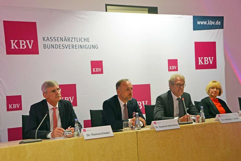 Dr. Thomas Kriedel, Dr. Stephan Hofmeister, Dr. Andreas Gassen und Dr. Petra Reis-Berkowicz standen Journalisten für Fragen zur Verfügung. © KBV/Tabea Breidenbach