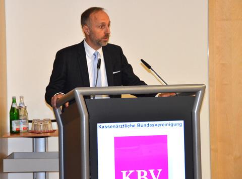 """Dr. Stephan Hofmeister, stellvertretender Vorstandsvorsitzender der KBV: """"Migration ist, seit es Menschen gibt, eine Triebfeder für Veränderung."""" (Foto: KBV / Nicolas Ebert)"""