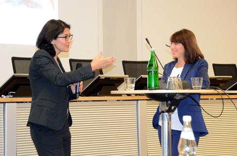 Dr. Hatice Kadem, Fachärztin für Kinder- und Jugendlichenpsychotherapie, im Gespräch mit Veranstaltungs-Moderatorin Dr. med. Eva Richter-Kuhlmann. (Foto: KBV / Nicolas Ebert)