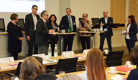 Von Links: Dagmar Apel, Prof. Dr. med. Oliver Razum, Prof. Dr. Dr. med. Ilhan Ilkilic, Dr. Hatice Kadem, Thorben Krumweide, Halil Can, Dr. med. Gerd Fass, Dr. med. Eva Richter-Kuhlmann (Foto: KBV / Nicolas Ebert)