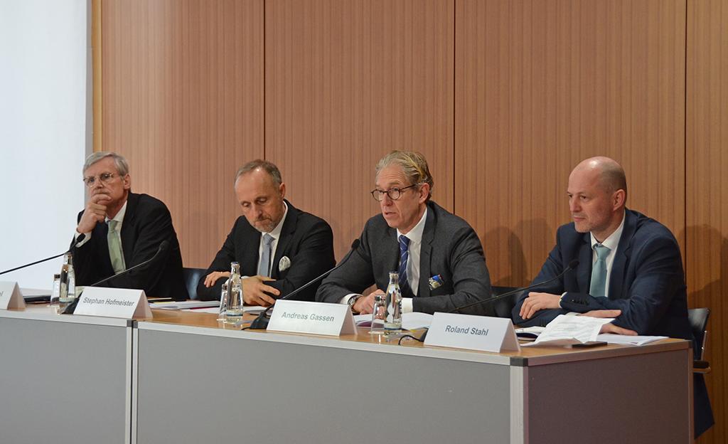 """Der KBV-Vorstand stellte die """"Arztzeituhr"""" und ihre Hintergründe in Berlin in den Räumen der Bundespressekonferenz vor."""